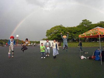 虹と集合写真